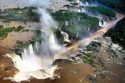 منظره هوایی بینظیر از آبشارهای ایگوئاسو در مرز برزیل و آرژانتین که جزو عجایب طبیعی فهرست شده در میراث جهانی یونسکو قرار دارد. ژان پل لوکوک.