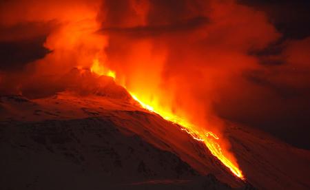 مواد مذاب خروجی از دهانه آتش فشان