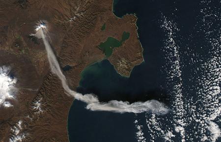 تصویر ماهواره ای از آتش فشان فعال در جزیره کامچاتکا روسیه