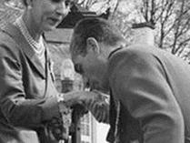 بوسیدن دست ملکه دانمارک توسط محمدرضا پهلوی +عکس