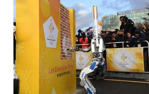 ربات هوبو مشعل المپیک زمستانی را حمل کرد