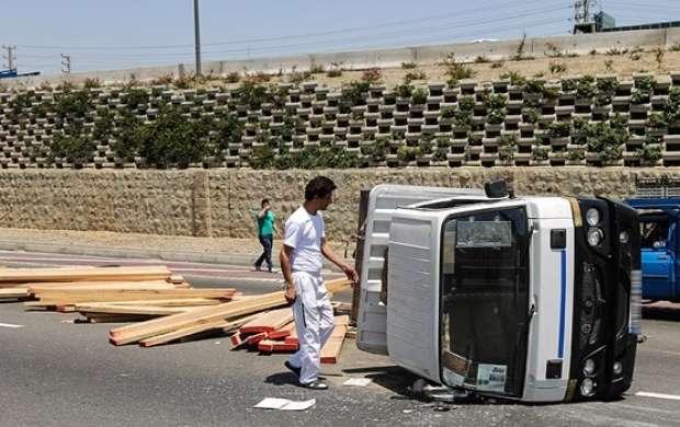 راننده خواب آلود کامیونت را چپ کرد