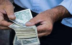8daaed31cd279 سقوط دلار و سکه  دلارهای خانگی وارد بازار شد