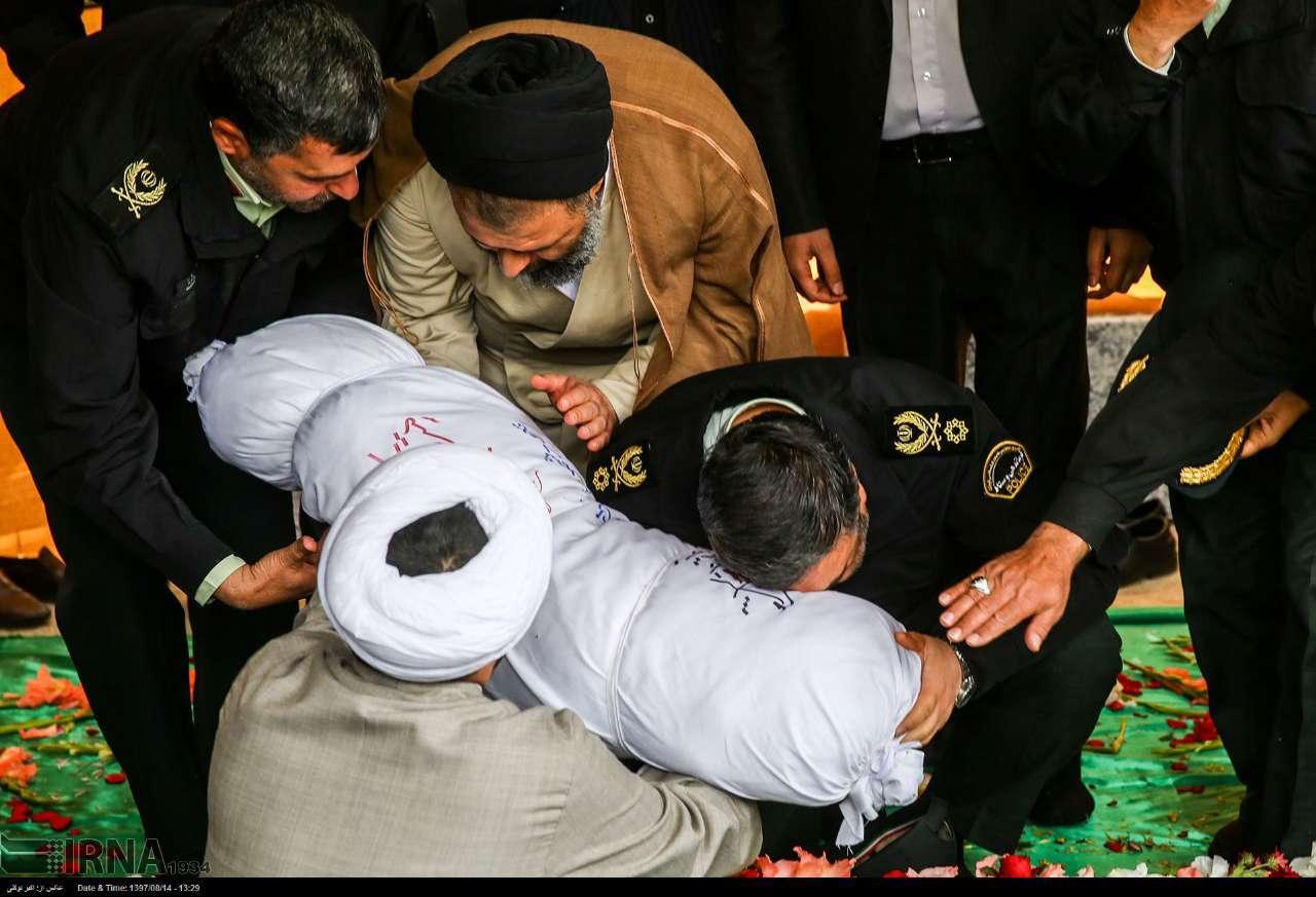 عکس/ درد و دل فرمانده ناجا با شهید گمنام