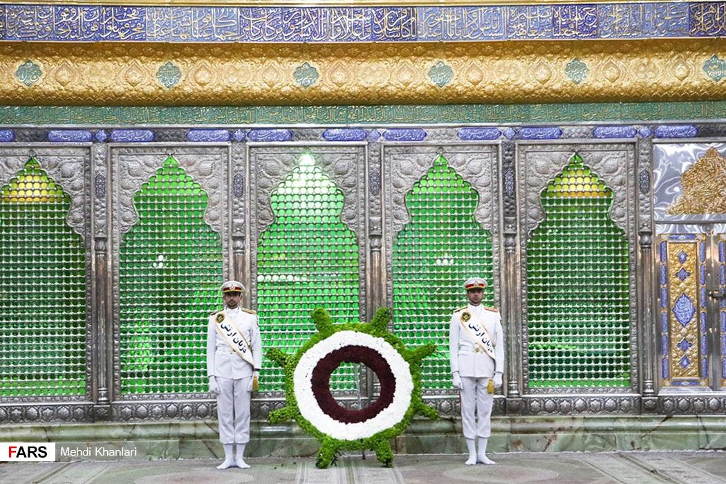 عکس/ کار جالب نیرو دریایی در مرقد امام