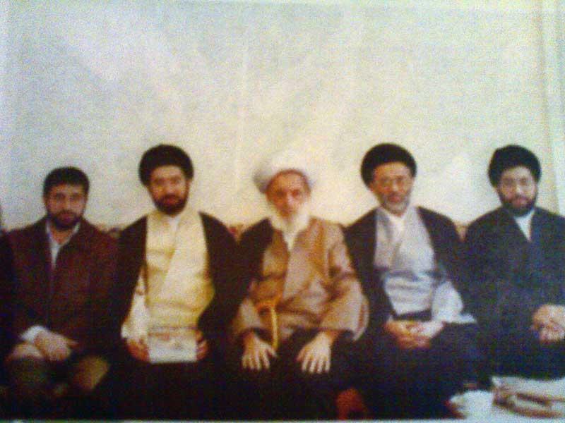 فرزندان رهبر ، از چپ به راست : مسعود خامنه ای ، مجتبی خامنه ای ، آیت الله مجتهدی ، مصطفی خامنه ای ، میثم خامنه ای ،