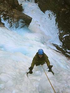 عکس/صعود به آبشار یخی لوسار توسط یک نابینا