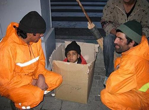 عکس: مواجهه ماموران شهرداری و یک کودک کارتن خواب
