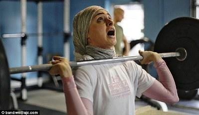 اولین زن با حجاب در رشته وزنه برداری