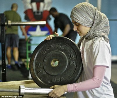 اولین زن با حجاب در رشته وزنه برداری!! + عکس