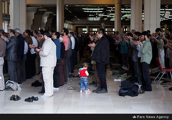nf00477961 1 کودکی در صف نماز جمعه
