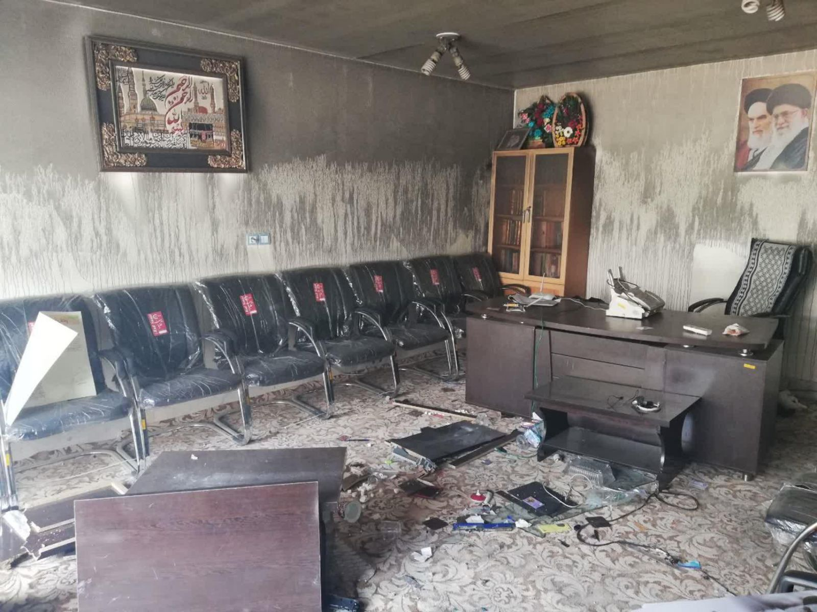آتش زدن قرآن توسط عوامل ضدانقلاب و منافقین در لردگان